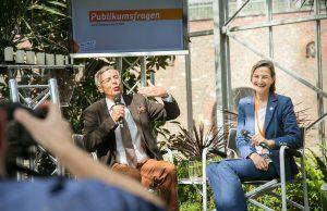 Wolfgang Bosbach unterhielt im besten Sinne mit Patricia Peill das politisch interessierte Publikum im Jülicher Glashaus.   Foto: Marcel Kanehl