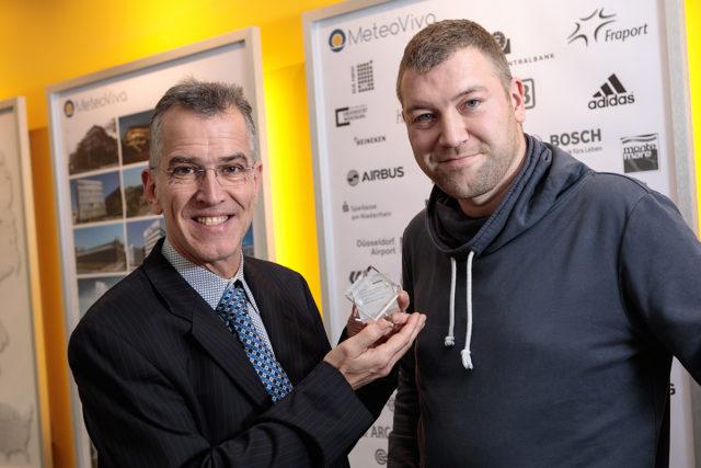 Geschäftsführer Markus Werner (links) und IT-Experte Felix Haferkorn (rechts) von MeteoViva, präsentieren den Deloitte Technology Fast 50 Award. Foto: Daniel Elke