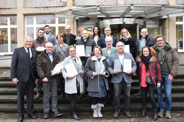 Landrat Wolfgang Spelthahn gratulierte den sieben Eifel-Award-Gewinnern aus dem Kreis Düren zu ihrer Auszeichnung und würdigte ihr unternehmerisches Engagement, von dem die Region profitiert. Foto: Josef Kreutzer