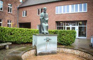 Franz von Sales wacht über das Haus Overbach. | Foto: Dorothée Schenk