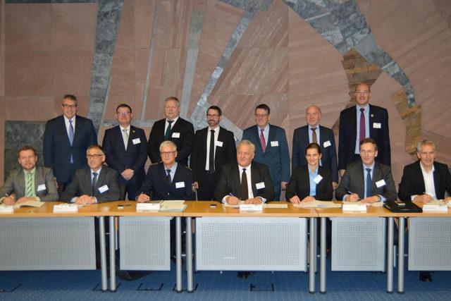 Am Freitag, dem 22. Dezember 2017, haben Landrat Wolfgang Spelthahn, die Bürgermeister Ralf Claßen (Aldenhoven), Peter Cremer (Heimbach), Axel Buch (Hürtgenwald), Jörn Langefeld (Inden), Heinrich Göbbels (Langerwehe), Marion Schunck-Zenker (Linnich), Georg Gelhausen (Merzenich), Marco Schmunkamp (Nideggen), Hermann Heuser (Niederzier), Dr. Timo Czech (Nörvenich), Jürgen Frantzen (Titz) und Joachim Kunth (Vettweiß) sowie der Leiter der Abteilung Polizei, Jürgen Möller, im Kreishaus Düren eine Kooperationsvereinbarung unterzeichnet. Foto: Polizei