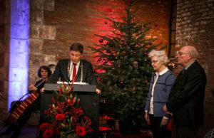 Sichtbar Freude hatte Bürgermeister Axel Fuchs an der Verleihung des Ehrenringes an Dr. Peter Nieveler, der von seiner Ehefrau Elfriede begleitet wurde. | Foto: Dorothée Schenk