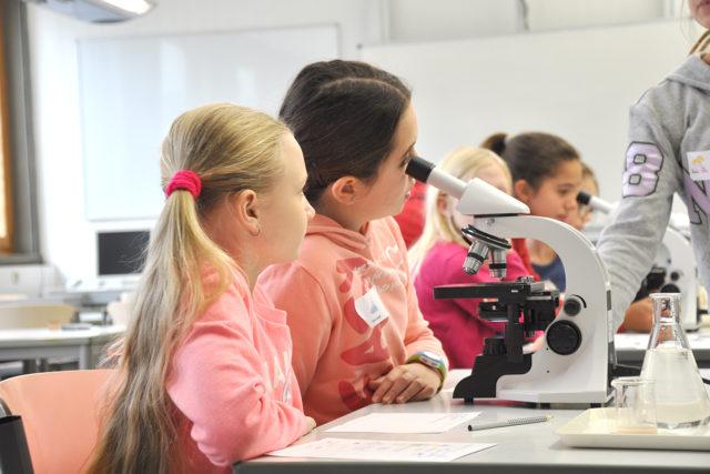 Der Nachwuchs am Mikroskop. Beim Mädchengymnasium Jülich durften sich die Viertklässlerinnen ausprobieren. Foto: MGJ