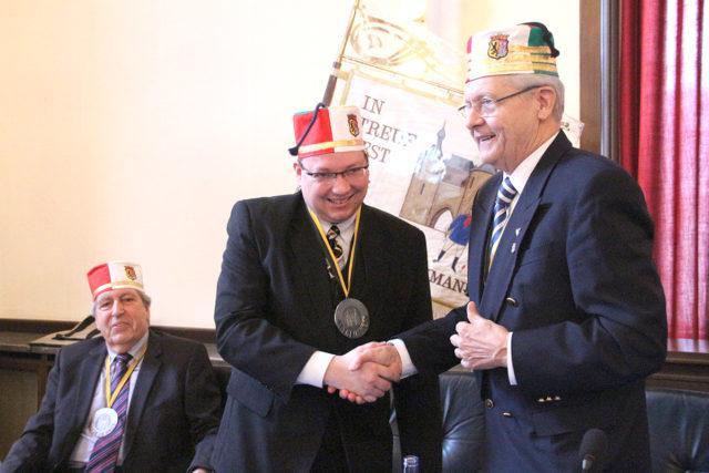 Senatspräsident Linus Wiederholt gratuliert Guido von Büren zum Hexenturm-Orden. Foto: tee