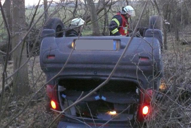 Auf dem Dach landete ein Autofahrer bei Selgersdorf. Foto: Polizei