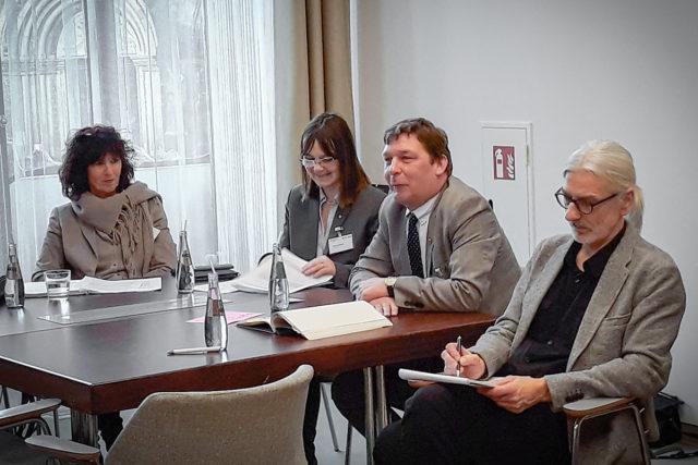 """Bürgermeister Axel Fuchs (Mitte rechts) mit den Experten des Forums """"Sozialraum für Menschen mit Demenz gestalten"""". Foto: Stadt Jülich"""