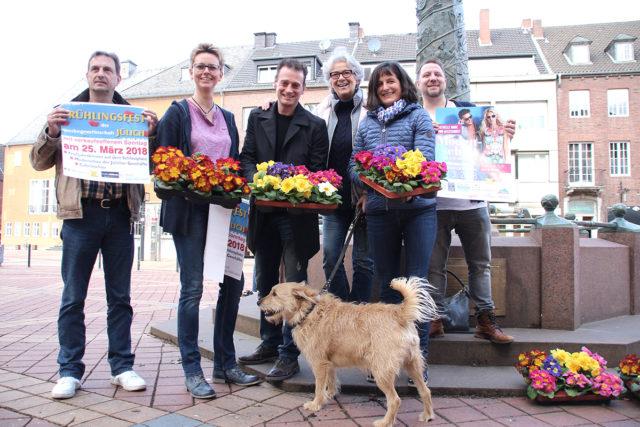 Zur guten Tradition gehört es inzwischen, dass im Vorfeld zum Frühlingsfest der Werbegemeinschaft Blumen verteilt werden. Foto: Arne Schenk