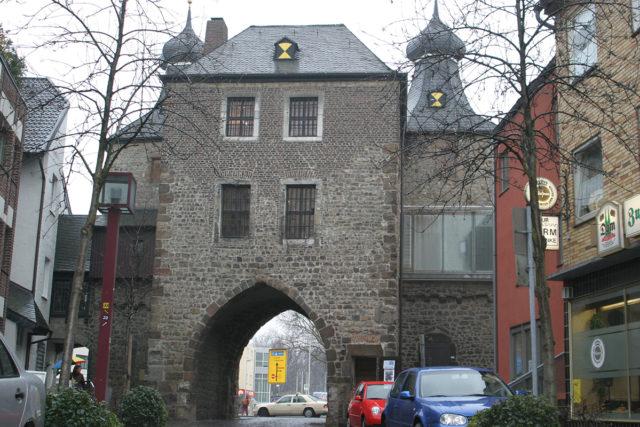 Der Hexenturm ist das Tor zur Kleinen Rurstraße. Foto: Arne Schenk/Archiv