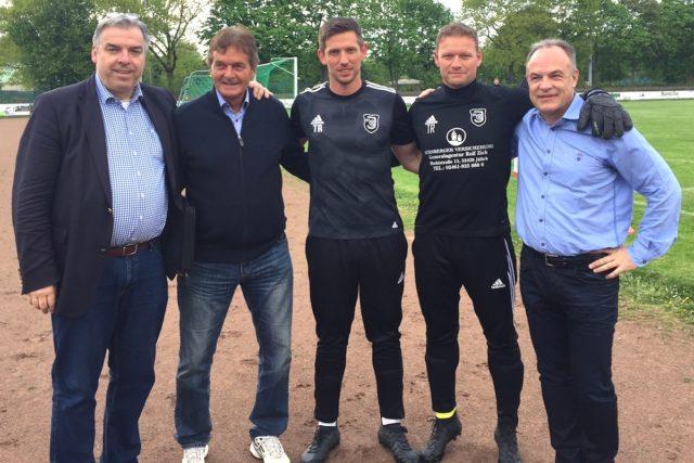Der Vorstand präsentiert die Trainer der Saison. Foto: Verein