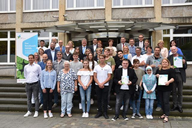 Die Anne-Frank- und die Heinrich-Böll-Gesamtschule sowie die Bürgewald-Förderschule sind im Kreishaus Düren wegen ihrer vorbildlichen Berufsorientierungsangebote mit dem BerufswahlSIEGEL ausgezeichnet worden – als erste Schulen im Kreisgebiet. Foto: Kreis Düren