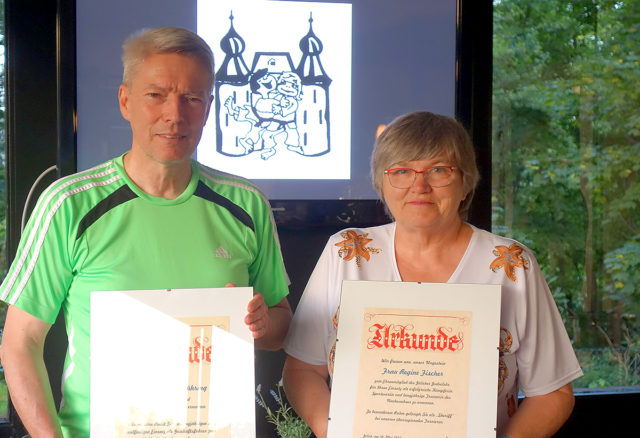 Norbert Lühring und Regine Fischer mit ihrer Ernennungsurkunde zum Ehrenmitglied. Foto: Verein