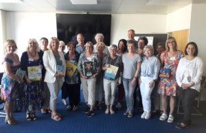 In einem Tagesseminar bereitete Manuela Hantschel (l.) die ehrenamtlichen Vorlesepaten auf ihre Einsätze in Einrichtungen wie Kitas oder Seniorenheimen vor. Foto: Kreis Düren