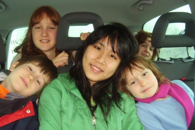 Austauschschülerin mit ihren Gastgeschwistern, Foto: YFU