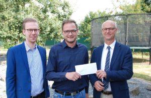 Spendenübergabe durch Georg Blöder (r) und Maurice Emunds (l) an den Leiter der Wohngruppe Sebastian Simons. Foto. ETC
