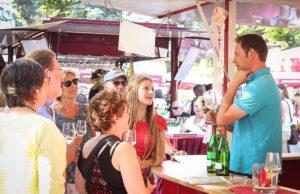 Die Gewinner des HERZOG Weinsommer Gewinnspiels lauschen zusammen mit Weinprinzessin Alina Scholtes den Worten des Winzers | Foto: HZGM