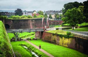 Festung Zitadelle von Südwesten Blick in den Wallgraben und auf die Bastion Wilhelmus. Foto Museum Zitadelle