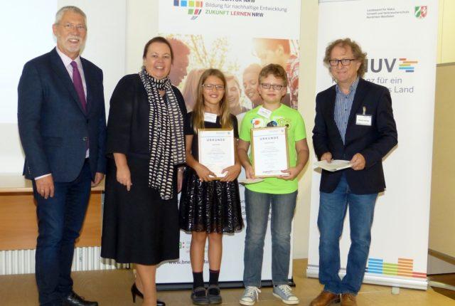 """Lara und Daniel Krohn erhielten den Sonderpreis """"Umwelt"""" von Dr. T. Delschen (LANUV), Ministerin U. Heinen-Esser und Ottmar Hartwig (NUA) (v.l.n.r.) - Foto: Martina Wengelinski"""