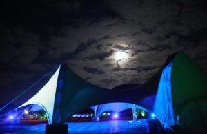 Selbst der Mond beteiligt sich am Herbstleuchten im Brückenkopf-Park. Fotos: Dieter Benner