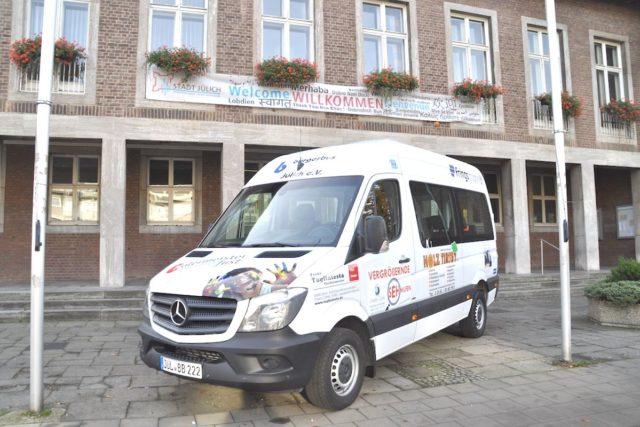 Der Bürgerbus fährt natürlich auch das neue Rathaus an. Foto: Stadt Jülich