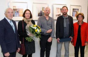 Elmar Valter (3. v. r.) und seine Lebensgefährtin Esther Kaschel (2. v. l.) während der Ausstellungseröffnung im Kreishaus. Foto: Kreis Düren