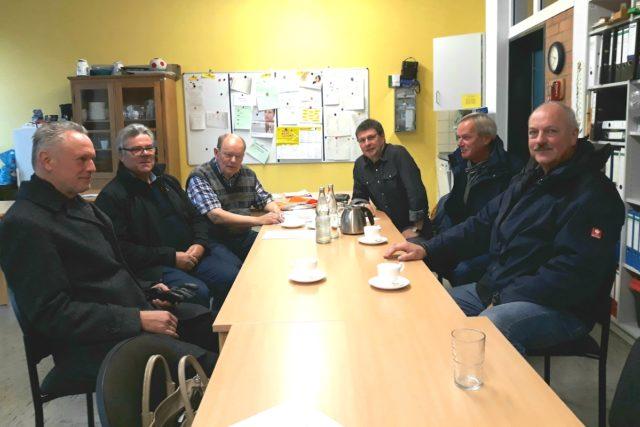 """Peter Schmitz (hinten links) und der """"Bienengipfel"""" mit Schulleiter Rombach (hinten rechts), Imker Kochs (Mitte links), Beigeordneter Schulz (vorne links), Schulamtsleiter Marx (Mitte rechts) und Bauhofleiter Danz (vorne rechts). Foto: Stadt Jülich/ B. Lenzen"""