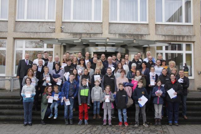 Neuer Rekord: Landrat Wolfgang Spelthahn verlieh jetzt 83 Mitarbeiterinnen und Mitarbeitern der Kreisverwaltung oder deren Angehörigen das Sportabzeichen. Foto: Kreis Düren