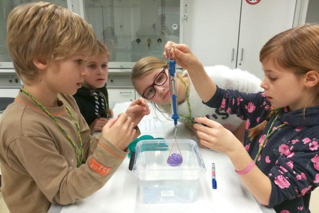 Früh übt sich Völkerverständigung im Labor. Foto: Schule