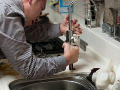 Bei tropfenden Wasserhähnen hilft der Senioren-Reparaturdienst. Foto: fran1 / pixabay