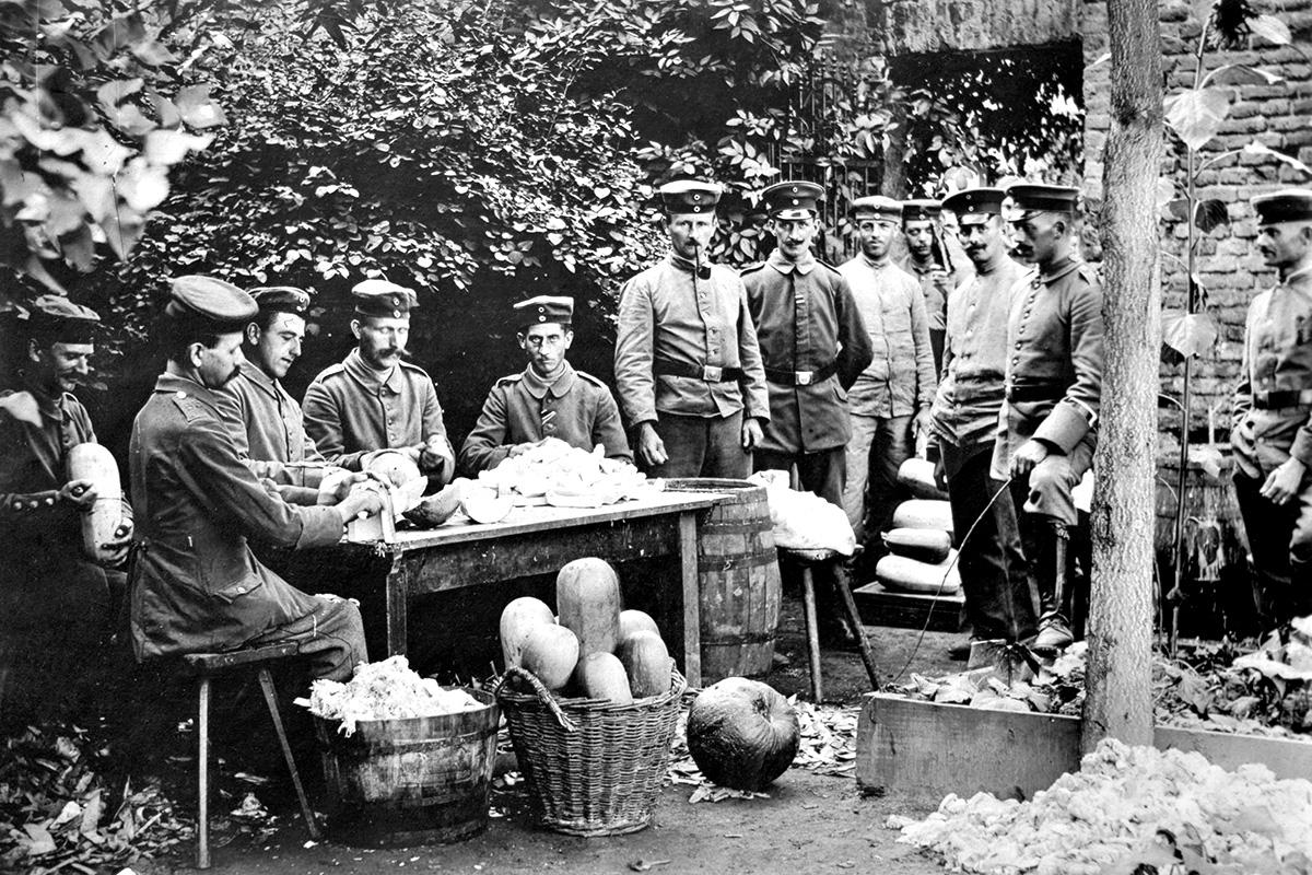 Während des Ersten Weltkriegs war in Jülich das Erste Bataillon des Reserve-Infanterie-Regiments 65 stationiert. Dessen Kommandeur Major Schell ließ die Soldaten Gemüse anbauen, um Versorgungsengpässen zu begegnen. Foto: Stadtarchiv Jülich