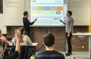 Die Kreidezeit ist Vergangenheit: Das Berufskolleg Kaufmännische Schulen Düren hat weitere zwölf interaktive Whiteboards angeschafft. Foto: Kreis Düren