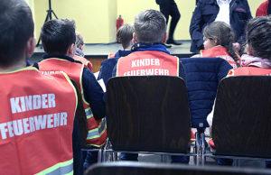 Bestens ausgestattet: Eigens wurden für die neue Kinderfeuerwehr Sicherheitswesten bedruckt. Fotos: Dieter Benner