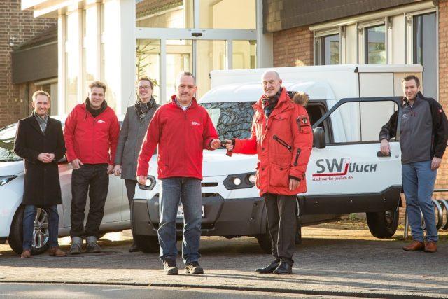 Stadtwerke Jülich setzen weiter auf Elektro-Mobilität, jetzt mit einem StreetScooter. (v.l.). Raphael Floegel, Christoph Hunschede (SWJ- Netzbetrieb), André Müller (Netzwerkpartner), Gregor Mütz (SWJ-Fahrer des neuen Fahrzeugs), Ulf Kamburg (SWJ-Geschäftsführer) und Stephan Freischem (StreetScooter). Foto: Marcel Kanehl/SWJ