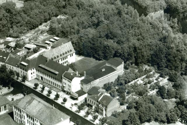 Der Vorgängerbau der Stadthalle mit Gloria-Kino um 1959. Foto: Stadtarchiv Jülich