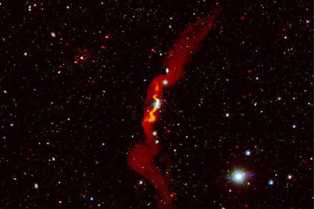 Die Radiogalaxie 3C31, die von Heesen et al (2018) mit LOFAR beobachtet wurde, ist rot über einem optischen Bild dargestellt. LOFAR konnte zeigen, dass die Radiogalaxie mehr als 3 Millionen Lichtjahre groß ist. Foto: Volker Heesen/LOFAR-Surveys-Team