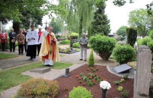 2015 im Mai wurde die Priestergrabstätte in Welldorf eingesegnet. Foto: Archiv PuKBSuS / Silja