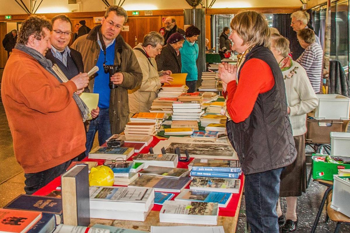 Die Jülicher Bücherbörse im PZ des Gymnasiums Zitadelle der Stadt Jülich ist Treffpunkt für alle Interessierten an der Jülicher Geschichte (Foto: Michael Greve).