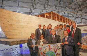 """Landrat Wolfgang Spelthahn (vordere Reihe, 2.v.r.) mit Unterstützern und Gästen vor dem """"Ship of Tolerance"""". Foto: Kreis Düren"""