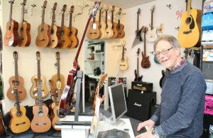 Noch bis Ende März steht Bernd Comouth hinter seiner Ladentheke, dann ist Schluss. Foto: Arne Schenk