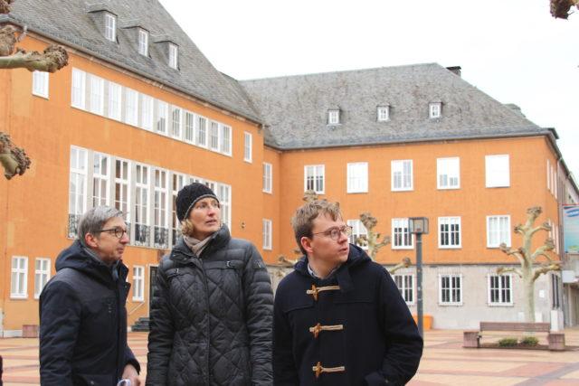 Begleitet von Dr. Jascha Braun (v.r.) lässt sich Landeskonservatorin Dr. Andrea Pufke von Dr. Rüdiger Urban vom Förderverein Festung Zitadelle durch Jülichs führen. Foto: Dorothée Schenk