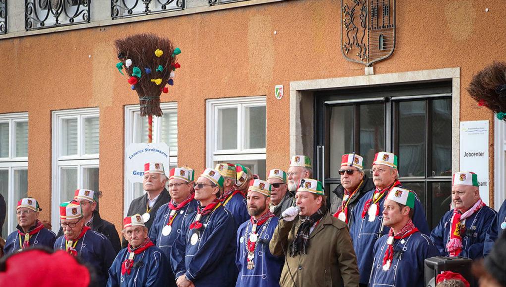 Lazarus Strohmanus mit Ehrenkappen- und Ordensträgern vorm alten Rathaus auf dem Jülicher Marktplatz. Fotos: Frank Besselmann