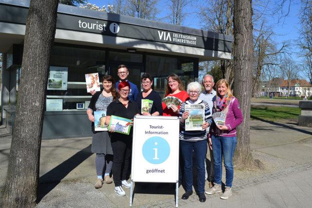 Das Team der Tourist Information freut sich zum Saisonstart auf viele Gäste. Foto: Stadt Jülich