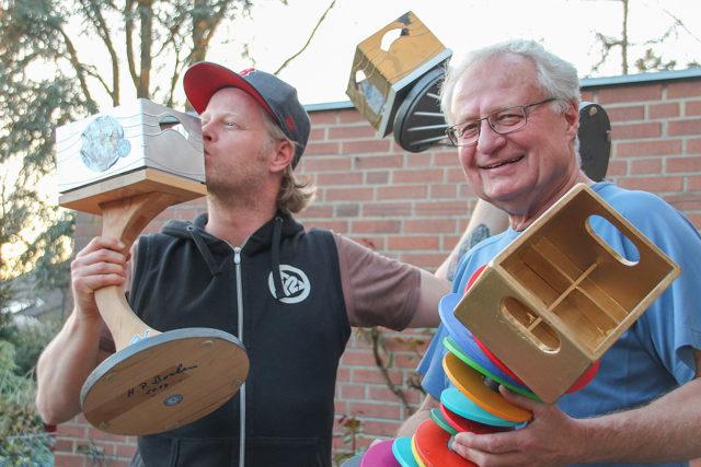Hauke (l) und Hans-Peter Bochem: Der Bierkastenkørlingveranstalter und sein Pokaldesigner. Foto: Dorothée Schenk