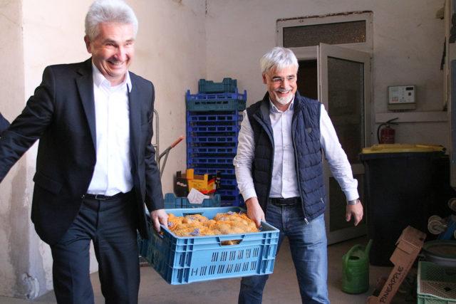 Wenn die Landesregierung selbst mit anpackt: NRW-Wirtschaftminister Andreas Pinkwart ließ sich von Geschäftsführer Heinz Frey (r) für das neue Modul des DORV-Zentrusm begeistern. Fotos: Dorothée Schenk