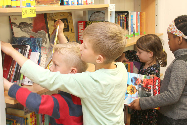 Ran an die Bücher! Im Leseclub im Bonhoeffer-Haus haben kleine Leseratten freie Auswahl. Fotos: Arne Schenk