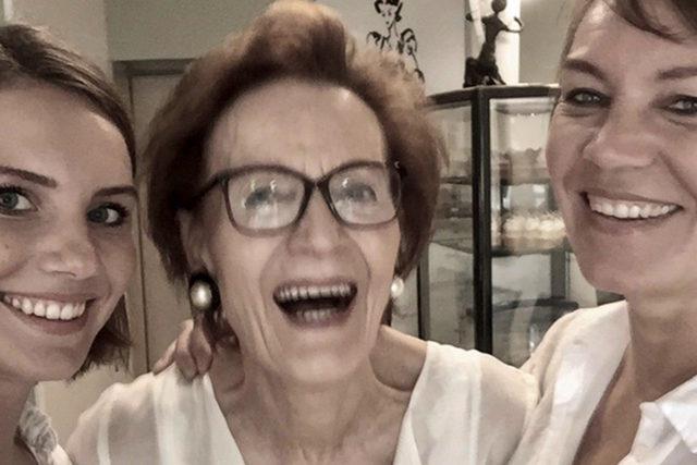 Mutter Ursula Grohmann mit Töchtern. Foto: privat