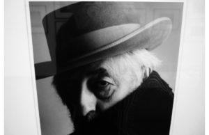 """In """"N.N. Pablo Gruber"""" mimt Bettinas Vater, der Mister photokina Fritz Gruber den berühmten Maler mit Hut. Die Bilder von Ulrich Tillmann sind Bestandteil des erfundenen """"Klaus PeterSchnüttger-Webs-Museums"""".Fotos von Fotos: Peer Kling"""