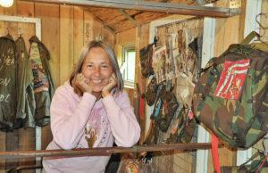 Elfi Essling in ihrem Ausstellungsraum - einem um- und ausgebauten Bauwagen. Foto: Veranstalter