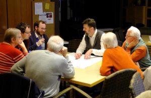 Harald Garding im Gespräch mit Genossen. Foto: Hans Launer