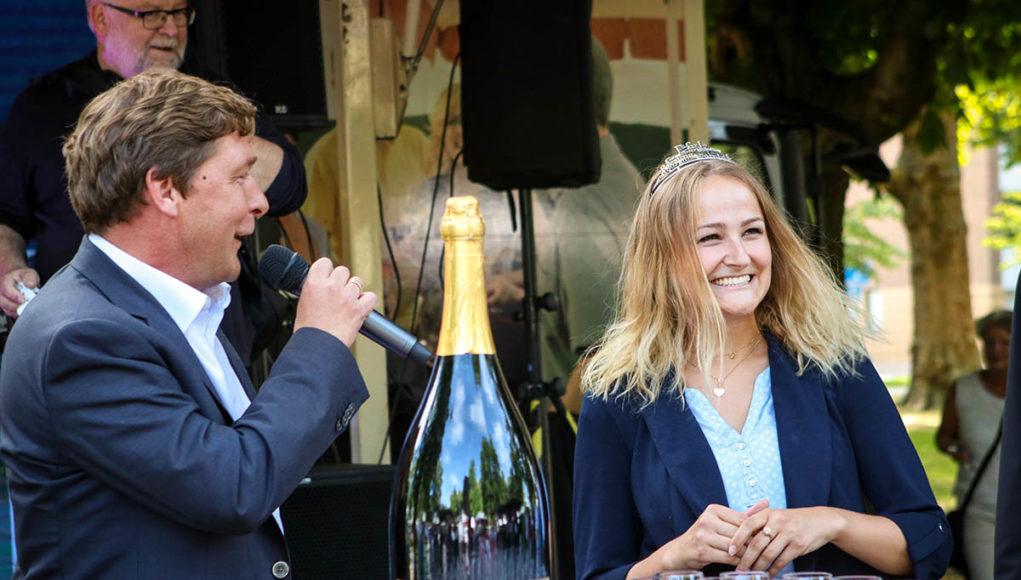 Bürgermeister Axel Fuchs und Weinprinzessin Anna-Lena Müsel eröffnen den 20. Weinsommer in Jülich