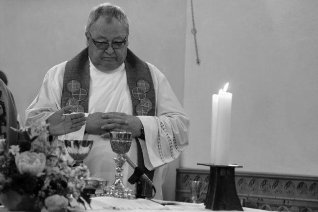 Heinrich Bardenheuer 2012 bei der Glockenweihe am Altar in Güsten. Foto: Günter Jagodzinska